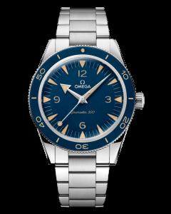 Omega Seamaster 300 Heritage Model 23430412103001 miesten rannekello sinisellä kellotaululla ja teräsrannekkeella. Kellossa on teräsranneke.